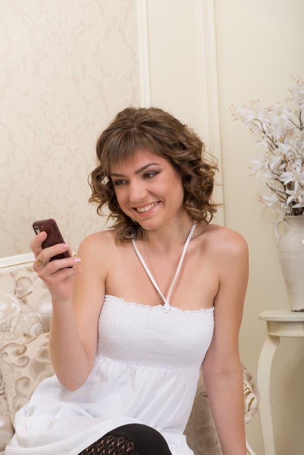 komórki dziewczyny telefonu target1327_0_ zdjęcie stock