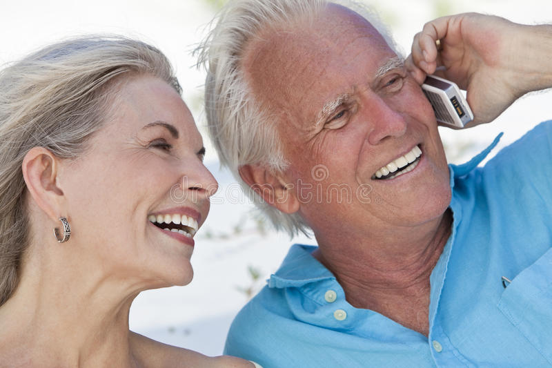 komórki pary szczęśliwego telefon komórkowy starszy target5_0_ obrazy stock