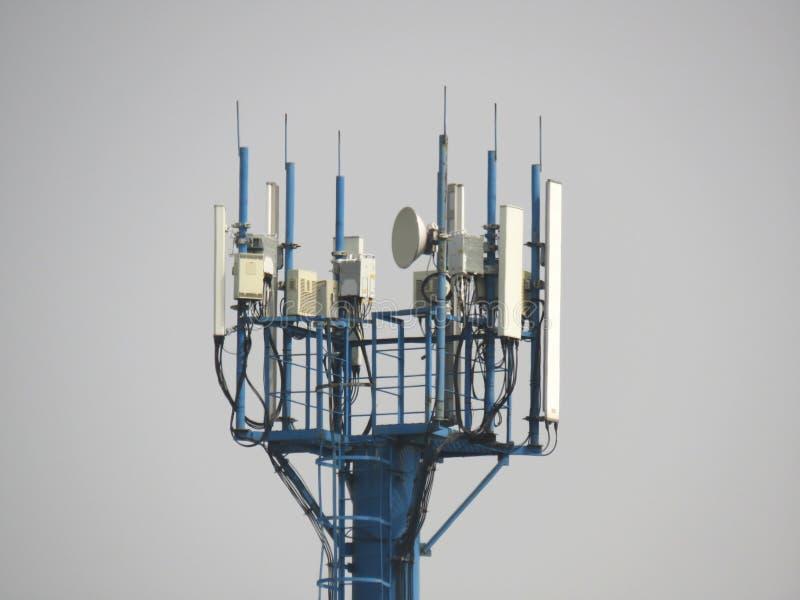 Komórki radia basztowy maszt z zainstalowanym sprzętem elektronicznym dla komórkowego komunikaci i interneta dostępu zbliżenia zdjęcia stock