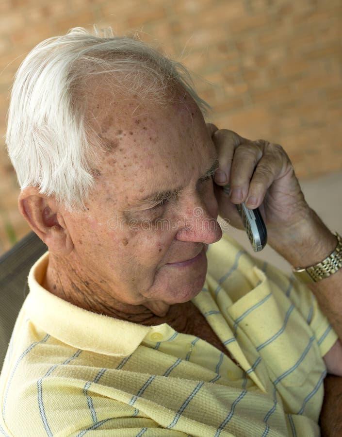 komórki starszych osob mężczyzna telefonu target2013_0_ obrazy stock