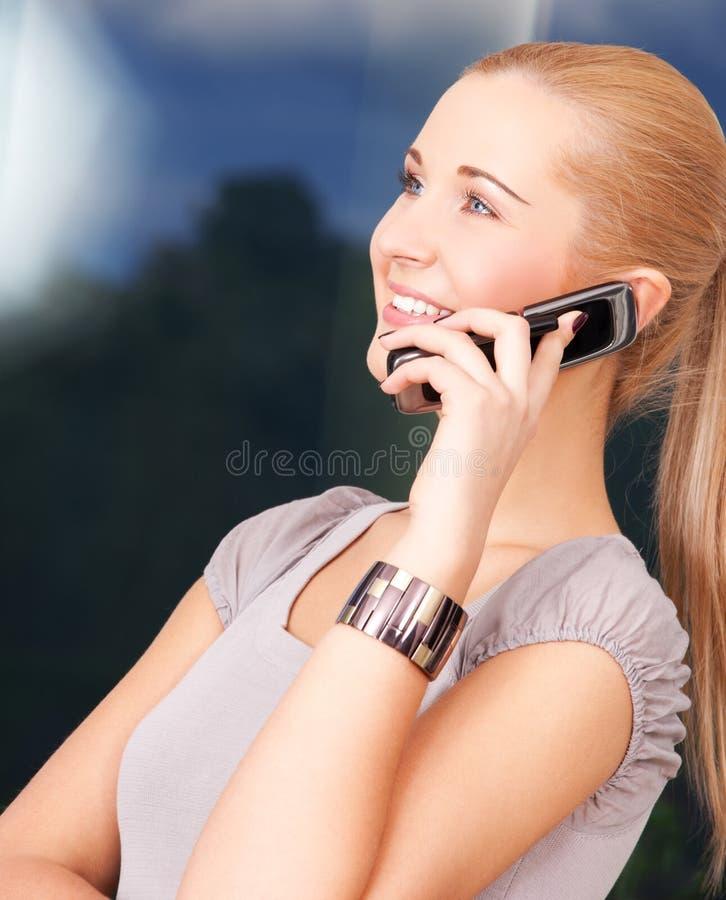 komórki urocza telefonu kobieta zdjęcie stock
