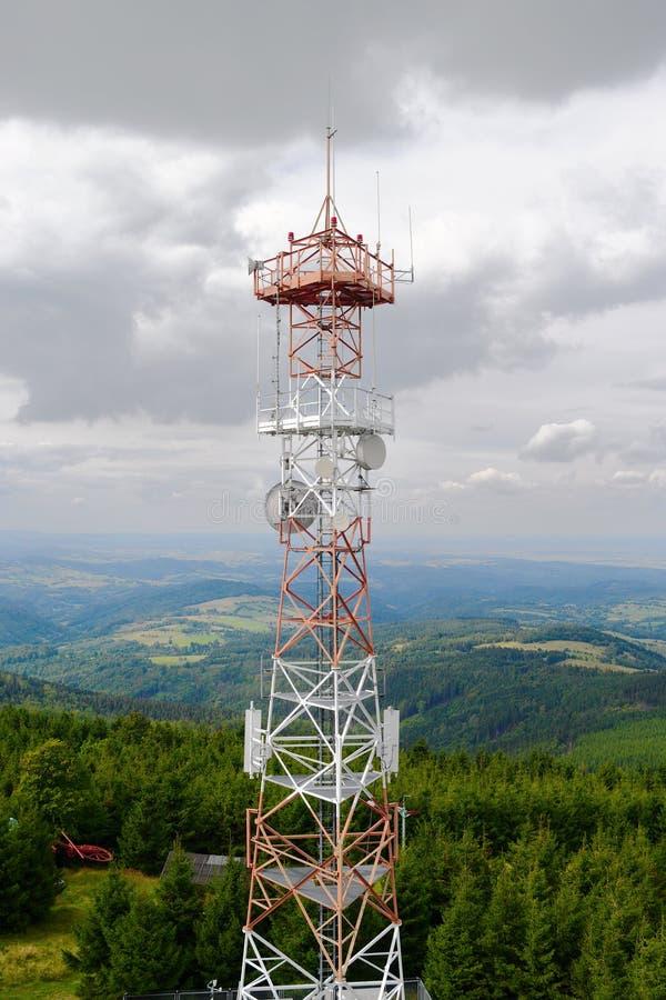 Komórki wierza z GSM odbiorcą, nadajnik Widok z lotu ptaka stalowa radio masztu budowa z telekomunikacyjną anteną przeciw chmurne fotografia royalty free
