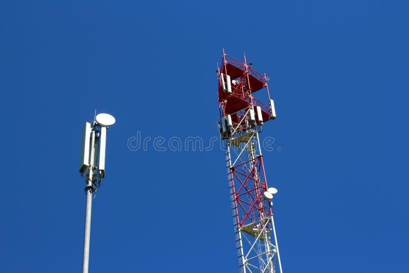 Komórkowe anteny na słupie i wierza zdjęcia royalty free