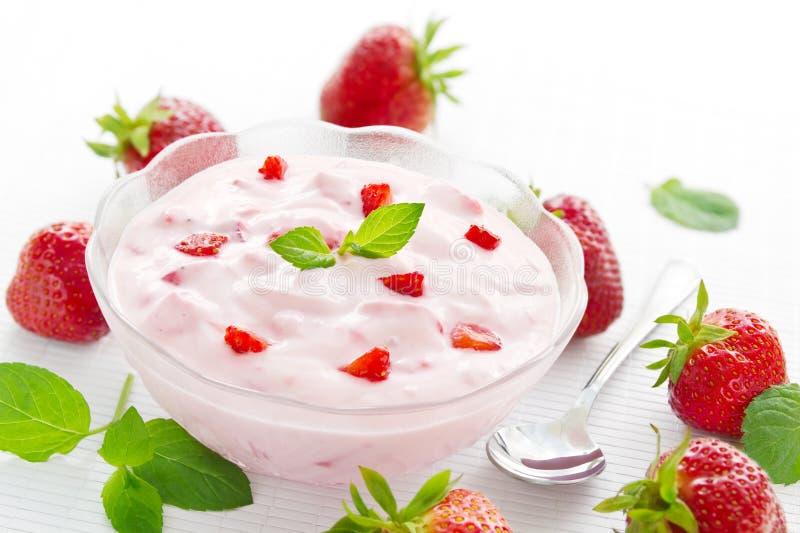 Kom aardbeiyoghurt stock afbeeldingen