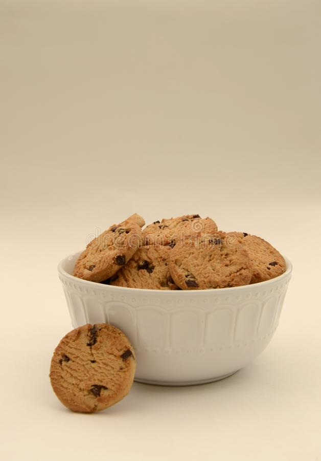 Kom Chocolade Chip Biscuits royalty-vrije stock afbeeldingen