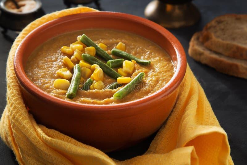 Kom de plantaardige soep van de pompoenpuree stock afbeeldingen