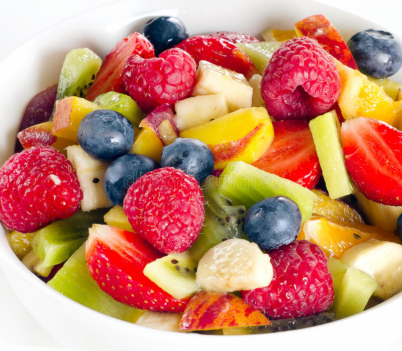 Kom een gezonde verse fruitsalade royalty-vrije stock afbeelding