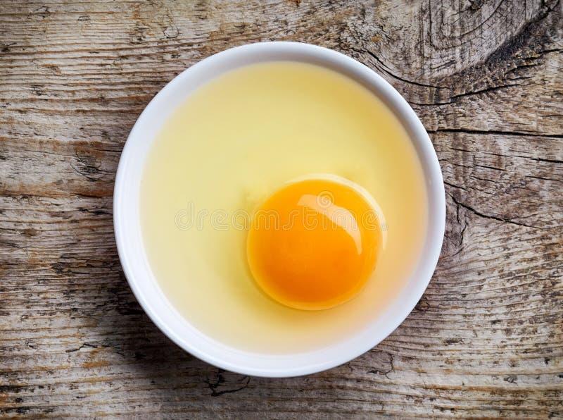 Kom eierdooier van hierboven stock afbeeldingen