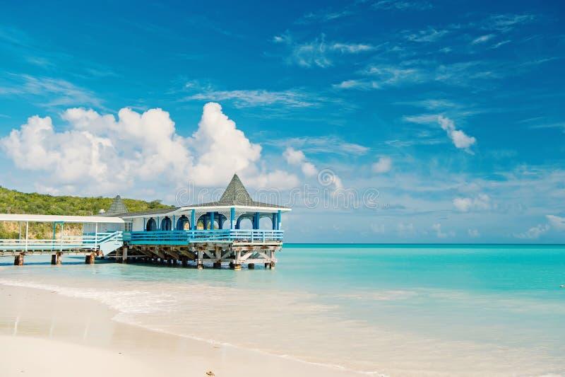 Kom en blijf Overzeese turkooise rust en bungalowterras op water Vakantie van het overzeese comfortabele tropische het huisbungal stock foto