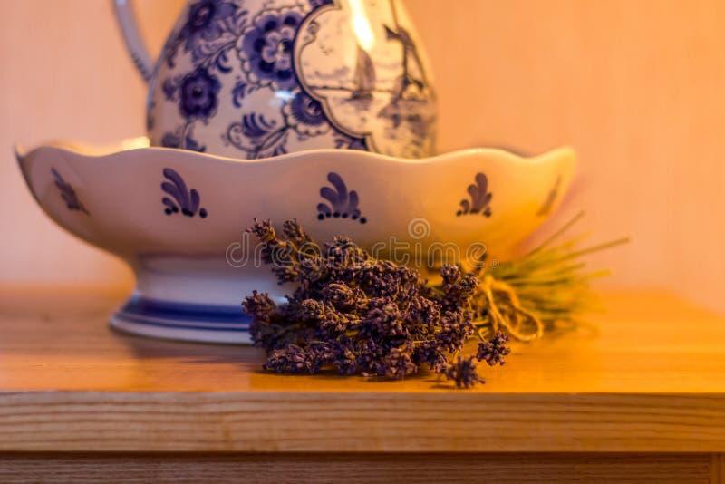 Kom en Lavendel stock fotografie
