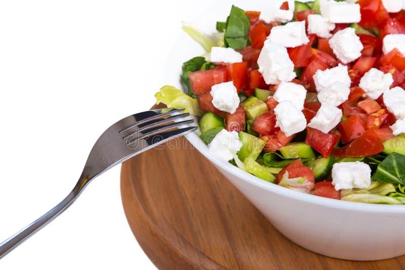 Kom Gezonde Groene die Salade op Houten Plaat wordt gediend royalty-vrije stock foto's