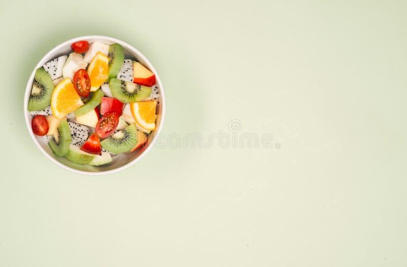Kom gezonde verse fruitsalade op houten achtergrond Hoogste mening stock foto's