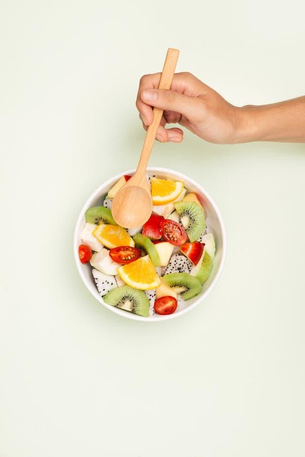 Kom gezonde verse fruitsalade op witte achtergrond Hoogste mening stock afbeelding