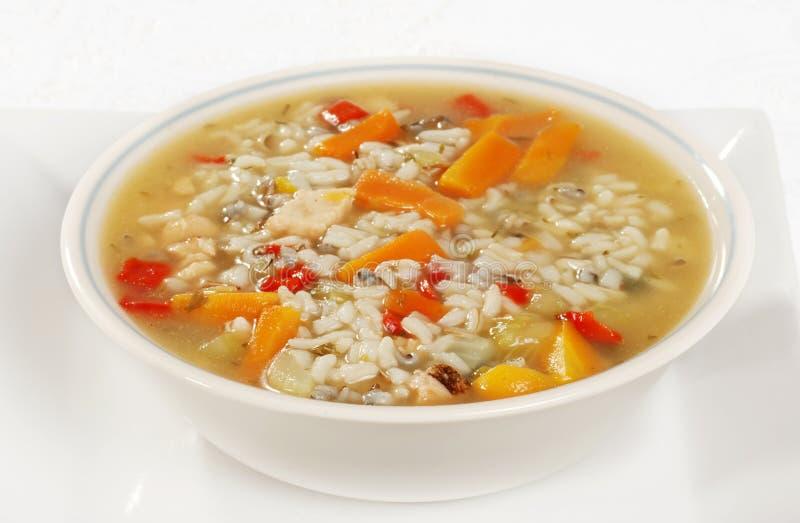 Kom kip en wilde rijstsoep met groenten stock foto's