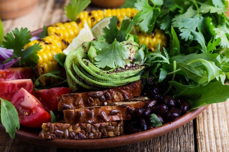 Kom met abocado en kleurrijke groenten, gezonde veganistmaaltijd royalty-vrije stock foto's