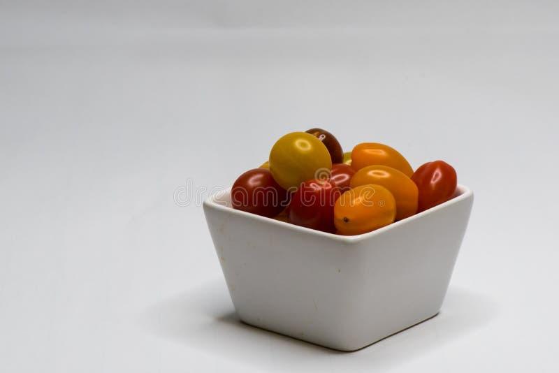 Kom met Cherry Tomato Ge?soleerde stock fotografie