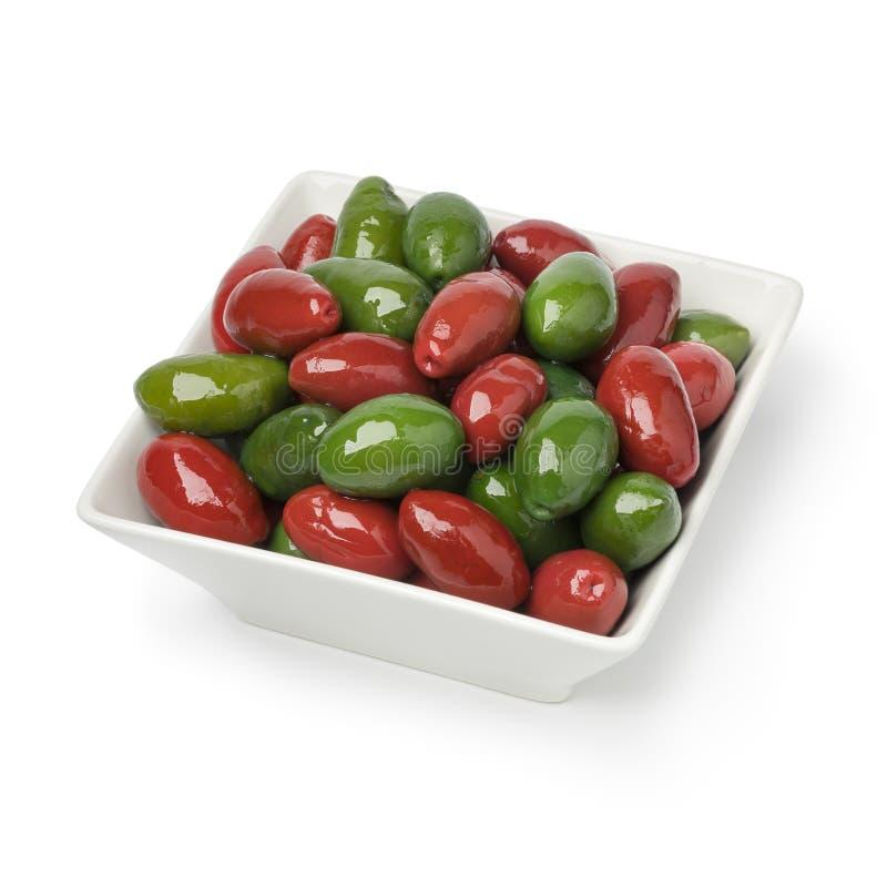 Kom met de rode en groene olijven van Italan Bella stock foto's