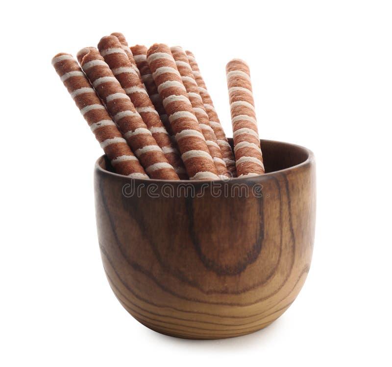Kom met de smakelijke stokken van het wafeltjebroodje op wit Knapperig voedsel stock afbeelding