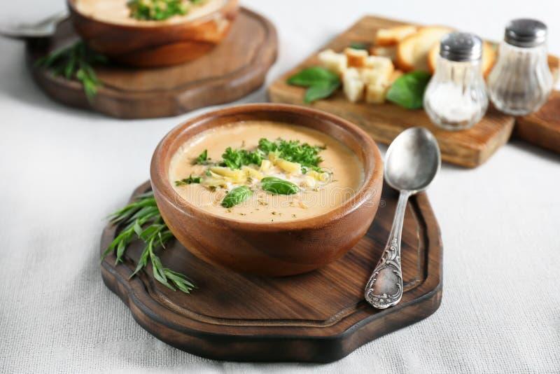 Kom met de soep van de broccolicheddar stock fotografie