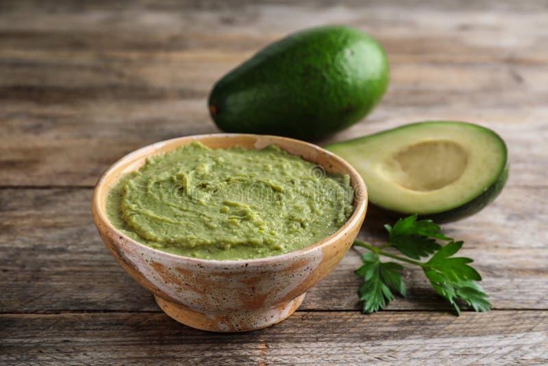 Kom met gediende guacamole en rijpe avocado's royalty-vrije stock foto