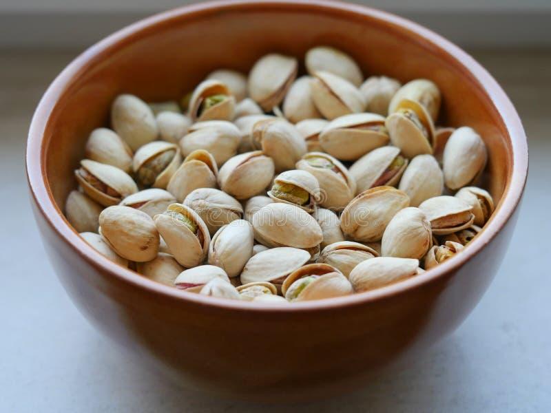 Kom met geroosterde en gezouten pistaches royalty-vrije stock fotografie