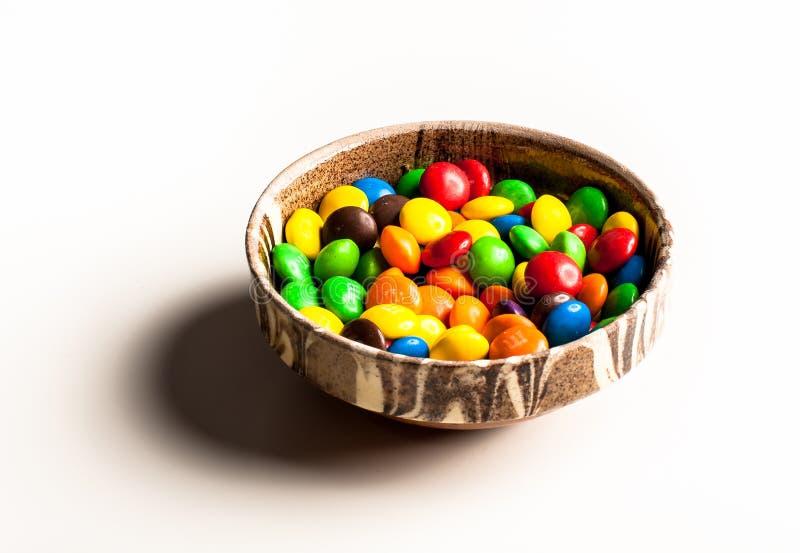 Kom met kleurrijk suikergoed stock afbeelding