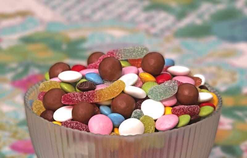 Kom met multi gekleurde snoepjes royalty-vrije stock foto