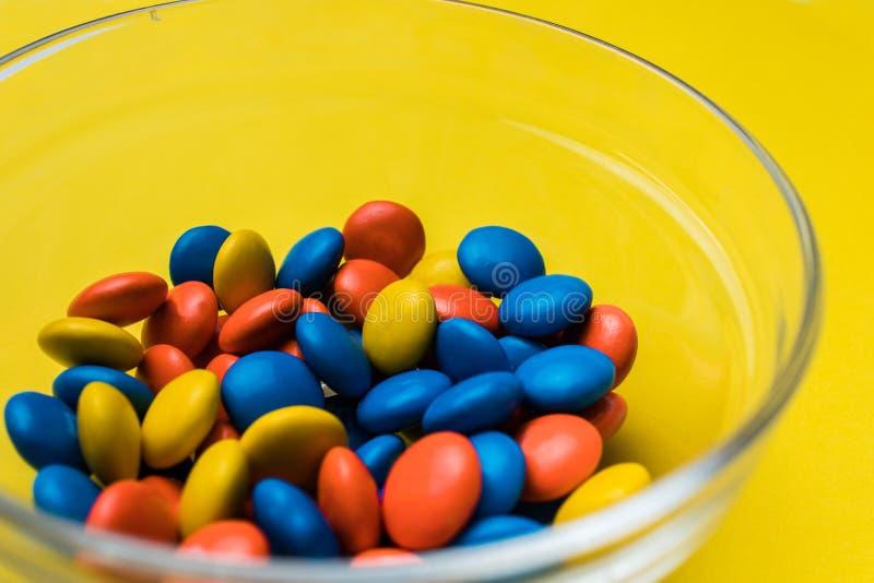 Kom met multicolored suikergoed wordt gevuld dat stock foto's