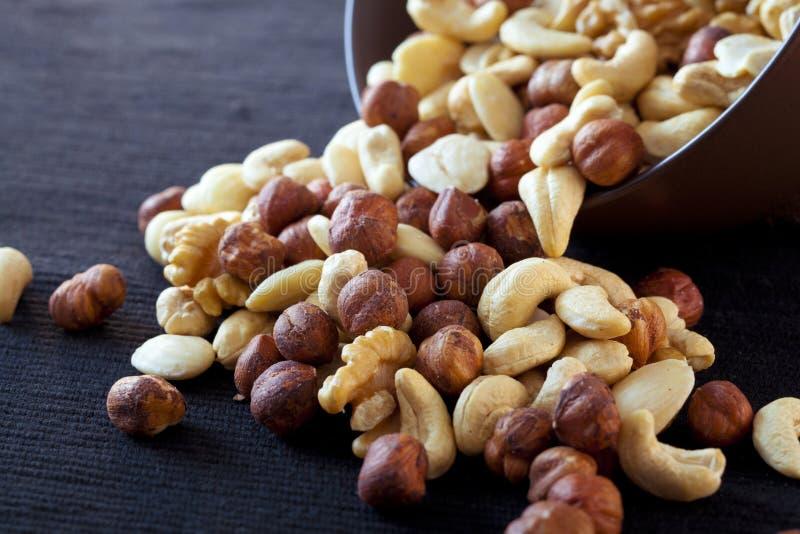 Kom met noten stock afbeelding