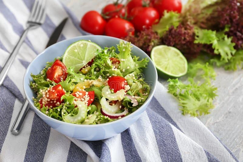 Kom met quinoa salade op lijst royalty-vrije stock afbeelding