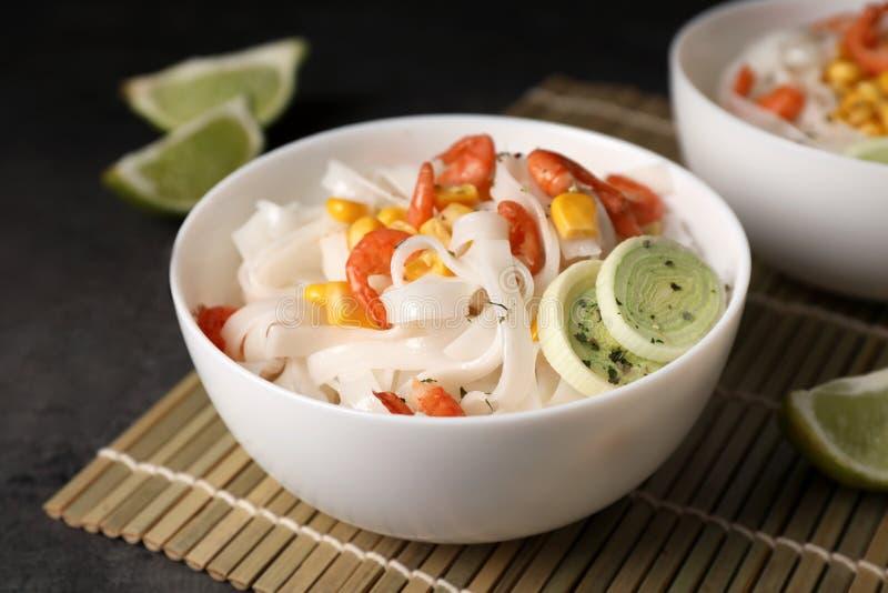 Kom met rijstnoedels, garnalen en groenten royalty-vrije stock afbeeldingen