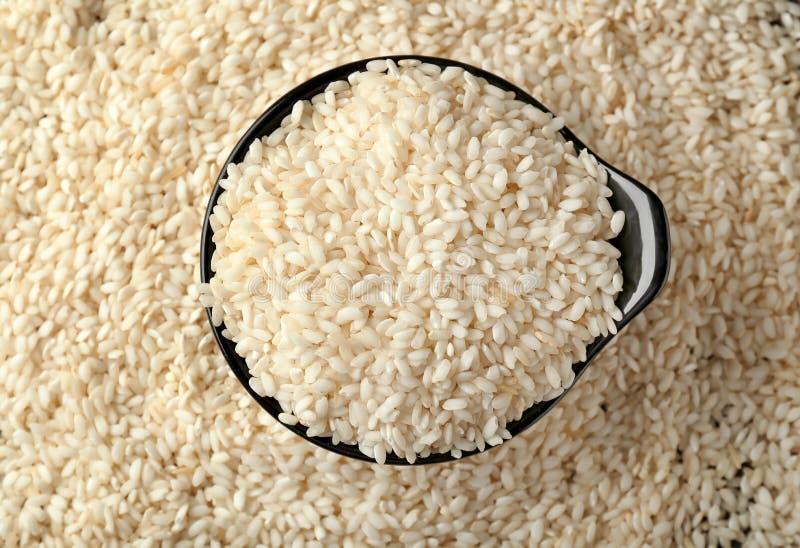 Kom met ruwe rijst op lijst, hoogste mening stock foto