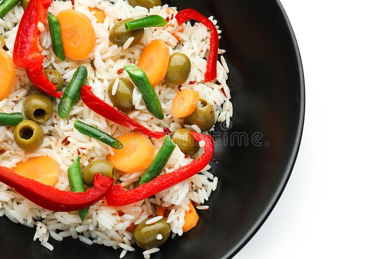 Kom met smakelijke gekookte rijst en groenten op witte achtergrond, close-up royalty-vrije stock foto's