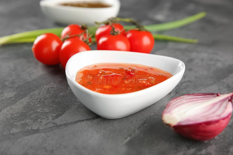 Kom met smakelijke saus op lijst royalty-vrije stock fotografie