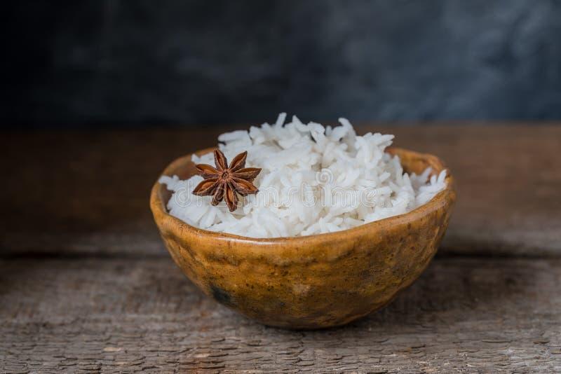 Kom met witte rijst op de houten achtergrond, de stijl van wabisabi stock foto's