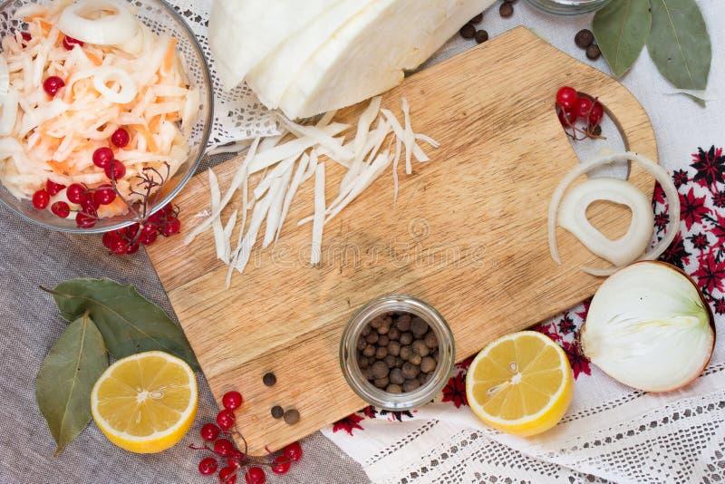 Kom met zuurkool en groenten in het zuuringrediënten royalty-vrije stock afbeelding