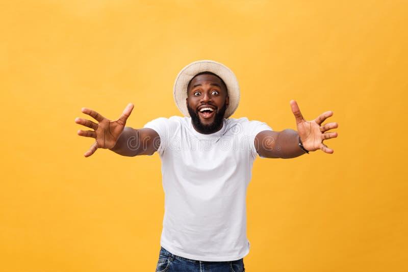Kom in mijn wapens Portret van de blije vriendschappelijke en gelukkige knappe Afrikaanse Amerikaanse mens met baard en kort kaps royalty-vrije stock afbeeldingen