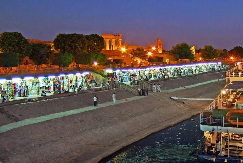Kom Ombo på natten med marknadssäljare royaltyfria foton
