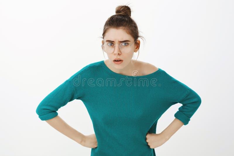 Kom op herhaling wat u enkel zei Portret die van geïrriteerd intens aantrekkelijk meisje in glazen, buigen naar stock afbeeldingen
