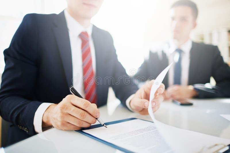 Kom overeen om contract te ondertekenen royalty-vrije stock afbeelding