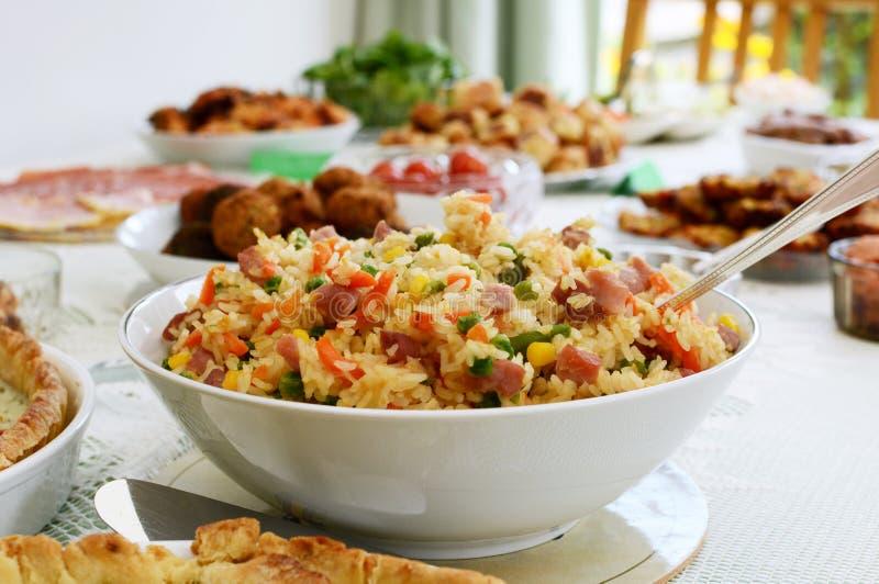Kom rijstsalade op een buffetlijst royalty-vrije stock afbeelding