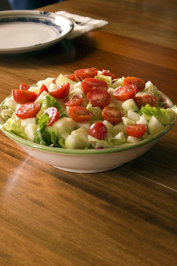 Kom Salade en een Lege Plaat op de Achtergrond stock afbeeldingen