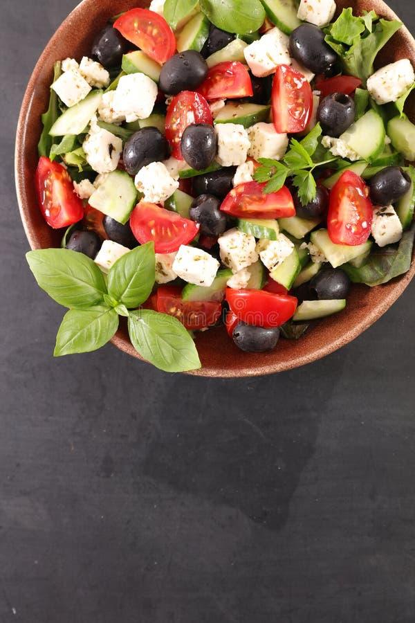 Kom salade met feta-kaas, royalty-vrije stock afbeelding