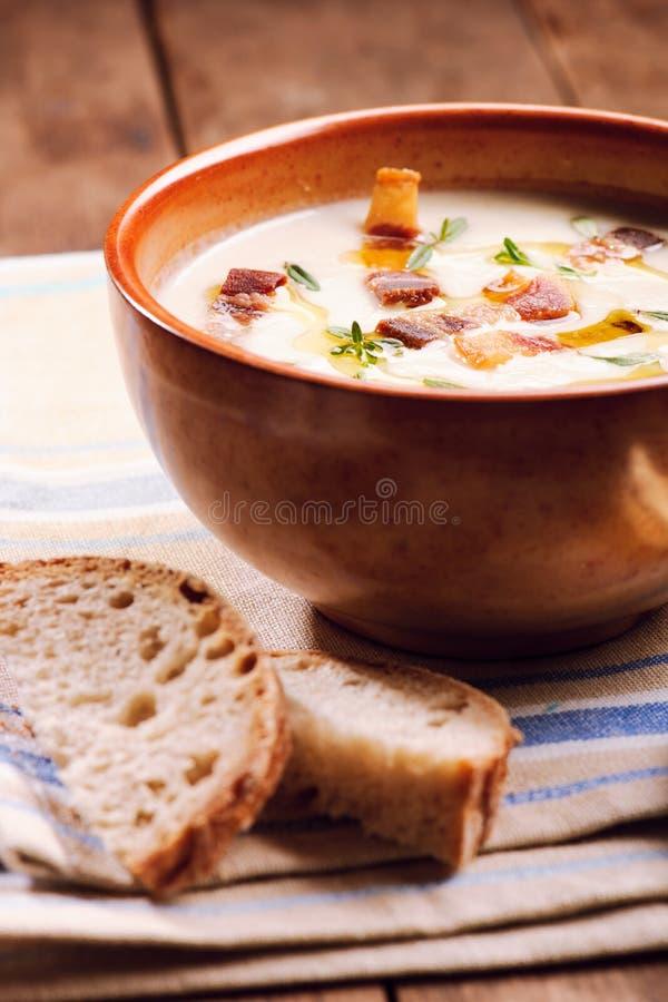 Kom soep en brood stock foto
