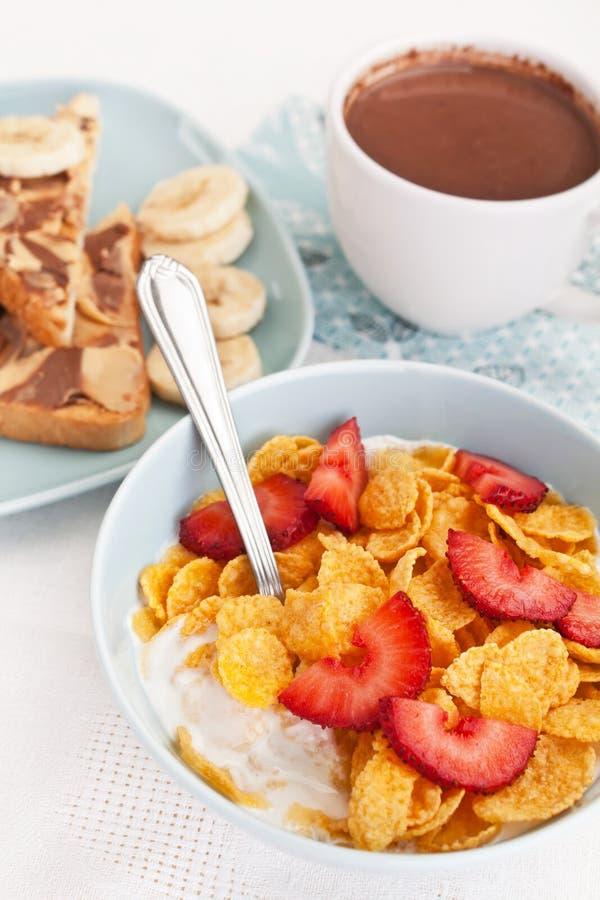 Kom van cornflakes en aardbeien met yoghurt royalty-vrije stock foto