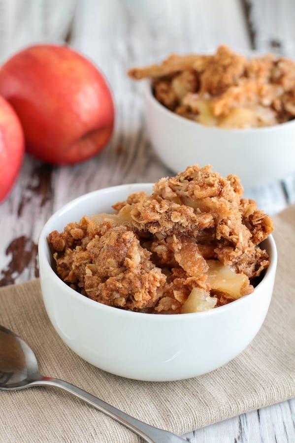 Kom van de de Eigengemaakte Chips of Kruimeltaart van Apple royalty-vrije stock foto
