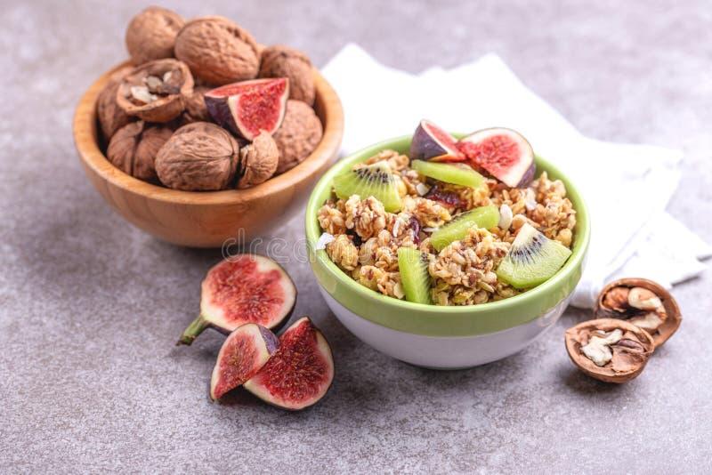 Kom van eigengemaakte granola met verse bananen en fig. op grijze leiachtergrond royalty-vrije stock fotografie