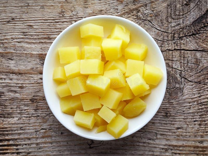 Kom van gedobbelde gekookte aardappels, van hierboven stock foto