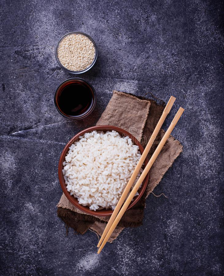 Download Kom Van Gekookte Rijst En Eetstokjes Stock Foto - Afbeelding bestaande uit aziatisch, vezel: 107702196