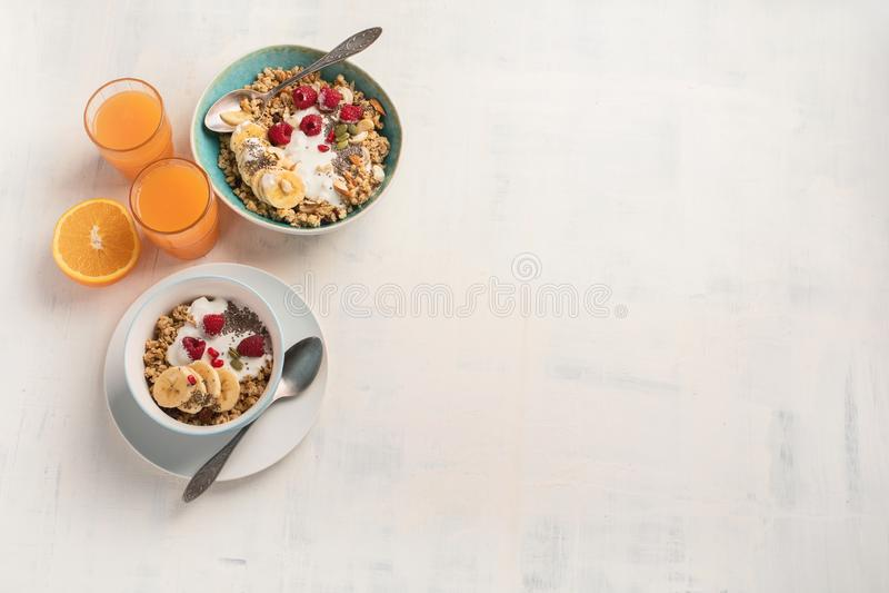 Kom van granola met yoghurt en verse bessen stock foto